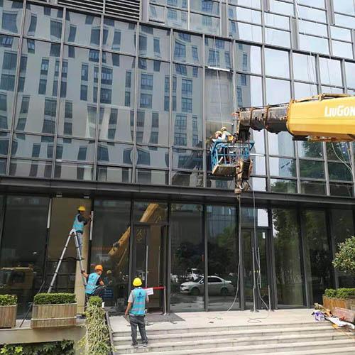 北仑税务局大楼换玻璃