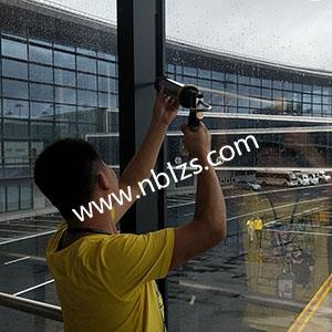 宁波栎社机场廊桥贴膜打胶